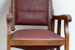vintage kappersstoel op zolder